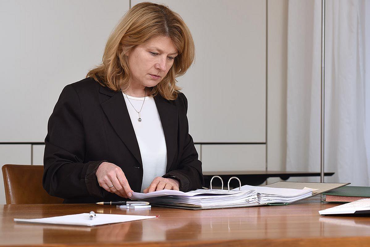 Gabriele Nawrot durchsucht Unterlagen
